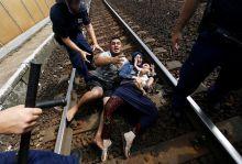 Vakvágányon Egy menekült férfi a családját is magával rántva vetette magát a sínekre, szeptember 3.-án Bicskén. A férfi így tiltakozott az ellen, hogy vonatukat megállították és menekülttáborba akarták vinni őket
