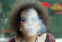 Claudia Cardinale Claudia Cardinale színésznő a 12. Jameson CineFest Miskolci Nemzetközi Filmfesztivál élteműdíjasa cigarettafüstöt fúj Lillafüreden a Palotaszálló teraszán 2015. szeptember 12-én.