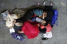 Menedékben Menekült család a földön alszik a Keleti Pályaudvaron, augusztus 30.-án éjszaka.  A tranzitzónának kijelölt helyeken semmilyen ellátást nem kaptak az államtól a Magyarországra érkezett menekültek.