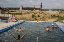 Fürdővilág a sóbányák romjain Aknaszlatina több száz éven keresztül Kárpátalja jelentős sókitermelő vidéke volt. Az elmúlt évtizedben végleg felhagytak a bányászattal de az elhanyagolt  bányatermekben a víz tovább folytatja munkáját. A sós víz és fekete iszap jótékony hatásáért turisták ezrei keresik a települést. Helyi vállalkozók a bányákba áramló talajvíz kiszivattyúzásával látják el fürdőhelyeiket a gyógyhatású vízzel, ezzel azonban tovább erősítik a beáramló édesvíz rombolását. A beomló bányatermek hatalmas krátereket képeznek a felszínen.