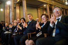 """Kezeket fel, mert lövök! A Magyar Tudományos Akadémián megrendezett World Science Forumon Orbán Viktor egy előadás közben, bekapcsolódik az előadó """"játékába""""."""