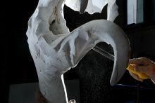 """Bronzkori újrahasznosítás, a szoboröntés Ugyan ízlés kérdése, hogy a városszerte felbukkanó kisebb-nagyobb szobrokat giccsesnek vagy szépnek találjuk-e,de tény, hogy újra egyre több köztéri alkotás készül az országban. Ezeket a műveket továbbra is kézzel és javarészt az ősi viaszveszejtéses pozitív-negatív-pozitív módszerrel készítik. A szoboröntők pedig nem csak hogy maguk nem termelnek fémhulladékot, hisz mindet visszaolvasztják, hanem a MÉH telepeket járva régi fogaskerekeket, bronzperselyeket, csöveket és bármi más rézalapú """"szemetet"""" felhasználnak szobraik öntéséhez."""