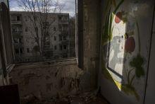 """Kis Moszkva A """"Kis Moszkva"""", egy Nagyvázsony melletti néhai szovjet laktanya, Magyarország egyik legjobban őrzött létesítménye volt, ahol még atomfegyvereket is tároltak. Az 1960-as években komplett kisvárost építettek 35 hektáron. Két atomtároló mellett voltak itt panelházak, gyakorló- és sportpályák, valamint iskola is. A rendszerváltásig 300-400 ember élt itt a külvilágtól hermetikusan elzárva. A Honvédelmi Minisztérium most lemond a valaha pezsgő katonai területről, ami idővel a burjánzó természet által visszakövetelt, romok uralta szellemvárossá változott."""
