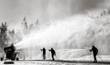 Havazás A szokatlanul meleg tél és a kevés természetes hó miatt hóágyúznak a Csorba-tó melletti sífutópályán a Magas-Tátrában.