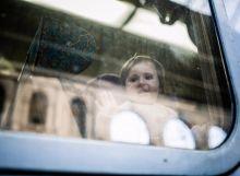 Búcsú Menekült kislány integet az Ausztria felé induló vonat üvegén keresztül a Keleti pályaudvarban 2015. szeptember 13-án.