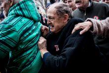 Harag Egy dühös idős férfi próbál félrelökni egy kormányellenes tüntetőt az 1848-49 es forradalom és szabadságharc hivatalos megemlékezése közben, március 15-én.