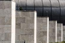 Az utolsó meccs - a régi Puskás Stadion végnapjai Kőrösi Zoltán novelláskötetének címe lassan realitássá válik az egykori Népstadionban. Rohamtempóban fejezték be, de sohasem készült el igazán; évtizedekig halogatták, most megújulhat. Nagy pillanatok tanúja volt, ma inkább groteszk együttállásokat találunk. A stadion és környezete egy sajátos kapcsolatot, egyedi városi teret hoz létre, ahol nyáron napozók, tavasztól-őszig futók töltik idejüket. Mindeközben a természet erői lassan átveszik az uralmat a hatalmas monstrum fölött.