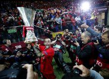 Dicsfényben Aleix Vidal, a Sevilla FC jobbhátvédje fotósok gyűrűjében  ünnepel a kupával május 27.-én Varsóban, miután csapata megnyerte az Európa Liga döntőjét.