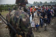 Zákány Menekültek lépik át a Horvát Magyar határt október 13.-án Zákánynál. Katonák kísérik útjukat a vasútállomásig ahonnan Ausztriába viszik őket