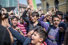 Tüntetés a Keletinél Menekültek tüntetnek a Keleti pályaudvarnál 2015. szeptember 2-án. A Kormány a Dublin III. rendelkezésre hivatkozva napokig nem engedte felszállni őket az Ausztria felé tartó vonatokra.