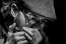 Költő herflivel Dukay Nagy Ádám legújabb verskötetét rendszeresen zenés esteken mutatja be. Szakáll, szájharmonika, drótkeretes szemüveg, golfsapka. Ahogyan író-zenész társaival mondják: csak beállnak.