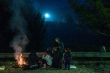 Esti várakozás Menekültek várakoznak az osztrák-szlovén határon Sentiljnél, 2015. október 28-án.