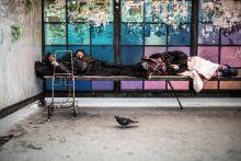 Az ágy közös, a párna nem Hajléktalan pár alszik a permi pályaudvar közelében Oroszországban 2015. augusztus 3-án.