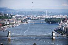 Besenyei  Besenyei Péter műrepülő világbajnok bemutatója a Duna felett és a Lánchíd alatt a Budapest szívében megrendezett Nagy Futam esemény keretein belül. A pilóta legenda az év végén visszavonult.