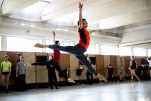 Próbafolyamat A Győri Balett táncművészei készülnek egy a családon belüli erőszakról szóló darab május 14-i premierjére a Győri Nemzeti Színház balett termében. Hosszú út vezetett a Ne bánts! című táncdráma elkészültéig, melynek története a táncosokat is megviselte.
