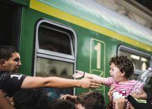 Együtt vagy sehogy Menekült férfi próbálja elérni a lányát, hogy együtt szálljanak fel a Keleti pályaudvaron álló vonatra.