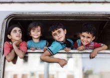 Gyerekek Menekült gyerekek a egy vonaton Pélmonostori vasútállomáson.