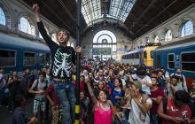 Keleti Szeptember 1.-én leállították a vasúti forgalmat Ausztriába. Több száz menekült ragadt a budapesti Keleti pályaudvaron napokra. Végül napokkal később buszokkal szállították el őket az Osztrák határra