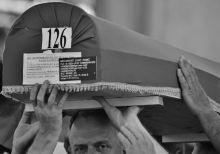 Az utolsó út (1995/2015.07.11) Az 1995-ös srebrenicai mászárlás áldozatainak újratemetése Potocari mellett.