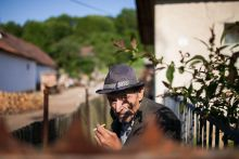 Kanos szamár töri csak meg a csendet a kihaló Debrétén Tudta, hogy Magyarország egyik legkisebb faluja festői szépségű, mégse járnak oda turisták? És csak tizen lakják, mégis bezárkózva élik az életüket a helyiek? Debréte az ország egyik leggyorsabban elnéptelenedő települése, tízévente megfeleződik a lélekszáma. A falu mégis tele van izgalmakkal, a környéket egy kanos szamár tartja rettegésben, a polgármesterségért pedig négyévente hatalmas harc folyik.