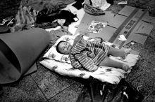 Keleti kényelem Alvó gyermekek Budapesten a Keleti pályaudvar aluljárójában, ahol néhány nap alatt több ezer menekült zsúfolódott össze, miután a magyar hatóságok közölték, hogy bizonytalan ideig a pályaudvar nem fogad és nem indít vonatokat Hegyeshalom irányába.  Önkéntesek és civil szervezetek próbáltak mindenkinek étellel, gyógyszerrel, hálózsákokkal segíteni.