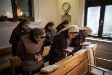 Ferences szegénygondozó nővérek A Ferences szegénygondozó nővérek 3 rendházban működnek Magyarországon. Ez a sorozat az esztergomi ház nővéreinek életét követi végig.