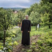 Dudás László  Dudás László Görög katolikus pap a parókián kialakított kertjében, Görömbölyben.