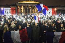 Paris je t'aime A Parizsi terrortamadasok utan megemlekezest tartottak a londoni Trafalgar teren.