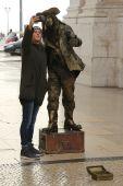 Selfie szoboremberrel! Lisszabonban a szoborember a selfiehez is szívesen asszisztált...