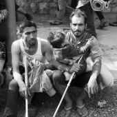 Kivonulás I Szeptember 4-én elege lesz a Keleti pályaudvarnál vonat nélkül maradt tömegnek. Gyalog indulnak a menekültek Bécs felé. A Petőfi laktanya mellett két háborús sérült férfi pihen, gyerekkel, mankóval.