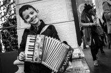 Megélhetés Egy török kisfiú próbál pénzt gyűjteni egy játék tangóharmonikával Isztambulban a Taksim tér közelében Április 11-én. A török nagyvárosban szervezetten alkalmazzák a kiskorúakat hasonló célokra.