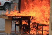 Imitált szobatűz A pécsi tűzoltók mutatták be, hogy miként zajlik egy lakástűz oltása.