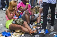 Tokeletes szepseg Egy no sminkeli magat a szemet tetetjen a londoni Notting Hill fesztivalon.