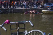 Puceran Ket fiatal elvezi puceran a kiraly napjat, a holland fovarosban, amszterdamban.