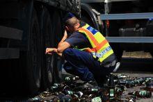 Sörök borultak az útra Pécs határában egy sört szállító kamion rakománya megrogyott és az útra borult. Az eset során a rakomány nagy része megsemmisült.