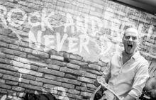 """Ez nem viszlát 2015 augusztusának első napján egy két és fél órás koncerttel zárta le 20 éves zenekari pályafutását a népszerű magyar alternatív rockzenekar, a Heaven Street Seven.  """"Amit megcsinálhattunk együtt, azt megtettük"""" - indokolt Szűcs Krisztián frontember."""