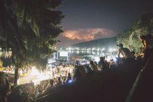 Bánkitó Fesztivál A 2015-ös Bánkitó Feesztivál résztvevői, háttérben egy kialakuló viharral.