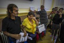 Lakhatás A hajléktalan Csorba János és felesége, Erika a kispesti városházán: szociális bérlakást szavaztak számukra. A  megsegített, korábban erdei kunyhókban élő Nuver Erika három héttel később meghalt.
