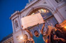 Menekült tüntetés A hosszas várakozást megunva, tüntetésbe kezdtek a menekültek a Keleti pályaudvar előtt.