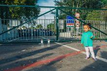 Zsákutca Egy menekült kislány értetlenül áll a zárt kapuk előtt.