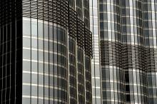 Toronymagasan Abu-Dzabi és Dubaj az Egyesült Arab Emírségek pénzügyi központja. A két város lakosságának létszáma 35 év alatt az ötszörösére nőtt, ezért az építkezések az utóbbi 20-30 évben csúcsra vannak járatva. Szinte nincs olyan talpalatnyi föld, amit ne buldózerek túrnának, és nem éppen egy újabb felhőkarcolót raknának össze hatalmas daruk. A megalomán projekteket  az indulástól kezdve értékesítik, ahol a vevők,  hatalmas terepasztalokon lévő maketteken választhatják ki melyik üvegpalota melyik részébe szeretnének költözni vagy hol szeretnének irodát bérelni.