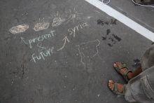 Aszfaltrajz 2015 nyarán heteken keresztül a  pécsi vasútállomást is érintett egy-egy kisebb menekültszállítmány. A várakozási időben készült e beszédes gyermekrajz /2015.07.30./
