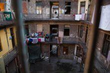 Semmi kilátásuk nincsen  Egy ferencvárosi Vaskapu utcai házban régóta élnek önkényes lakásfoglalók, az önkormányzat jó néhány lakást le is falazott már. A családok azt mondják, egyszerűen nincs hova menniük, a nyáron pedig aktivisták akadályozták meg, hogy olyan lakásokat is lezárjanak, ahol még családok élnek. Decemberben ügy tűtnt, az önkormányzat eltávolűtja a maradókat, akár rendőri intézkedéssel is, de erre egyelőre nem került sor. Áram már nincs, és a legtöbben maguktól is továbbálltak, mégis vannak, akik maradnak. Pedig csak gyertyával tudnak világítani, és paplanok alá bújnak a hideg elől.