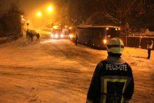 Hókáosz Pécsett A hirtelen havazásban leállt a buszközlekedés, több út járhatatlan lett. A tűzoltók folyamatosan végezték a műszaki mentést.