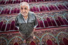 Tiszta tekintettel Egy férfi közvetlenül az esti imája után az imaszőnyegen,  Iszfahánban, Iránban.
