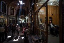 A szőnyegkereskedő Egy szőnyegkereskedő a gondolataiba merülve Tabrizban.