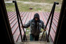 Hazatérés Egy afgán menekült tart a szabadkai téglagyár romjai közt található ideiglenes szálláshelyére, mielőtt társaival átlépnék a szerb-magyar határt 2015. 02. 28-án