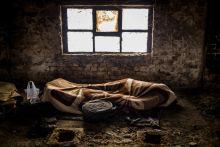Pihenő 2015. 02. 28.Egy afgán menekült pihen a szabadkai téglagyár romjai között, amíg társai ébren őrködnek, mielőtt átlépnék a szerb-magyar határt. A szerb rendőrök rendszeresen megverik és kifosztják őket