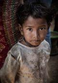 Fiú Chhampiból A nepáli földrengés során a legérintettebb területek a városoktól távol eső hegyi kis falvak voltak. Bár a halálos áldozatok száma viszomylag alacsony volt, mégis teljes falvak váltak lakhatatlanná.