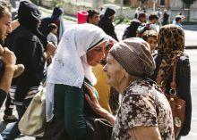 Emberség Nyáron menekültek tízezrei lépték át a magyar határt. Több ezren a Keleti pályaudvarnál ragadtak, majd szeptember 4-én gyalog indultak el Ausztria felé. Egy idős nő meghatódva nézi a menekült tömeget.
